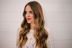 What is balayage hair color? Only the prettiest technique to highlight your hair. From natural hair to rainbow hair colors, here are the best balayage ideas. What Is Balayage Hair, Balayage Hair Grey, Balayage Hair Caramel, Subtle Balayage, Curled Hairstyles, Pretty Hairstyles, Caramel Blond, Tortoise Shell Hair, Up Dos