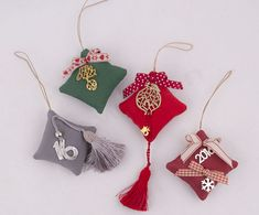 Christmas Diy, Christmas Decorations, Christmas Ornaments, Holiday Decor, Graduation Open Houses, Bazaar Ideas, Lucky Charm, Pomegranate, Ribbons