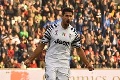 """Juventus' midfielder from Germany Sami Khedira celebrates after scoring during the Italian Serie A football match Sassuolo vs Juventus at """"Mapei Stadium"""" in Reggio Emilia  on January 29, 2017.  A / AFP / GIUSEPPE CACACE"""