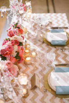 décoration de mariage originale: nappe à chevrons et renoncules