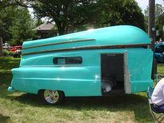 Vintage trailer that the top is a boat? Vintage trailer that the top is a boat? Old Campers, Vintage Campers Trailers, Retro Campers, Tiny Trailers, Vintage Caravans, Camper Trailers, Happy Campers, Camping Vintage, Vintage Rv