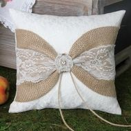 Rustic Garden Burlap Ring Pillow – Crafts and sewing ideas Bow Pillows, Ring Pillows, Burlap Pillows, Decorative Pillows, Wedding Pillows, Ring Pillow Wedding, Wedding Band, Wedding Rings, Burlap Projects