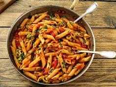 Una din rețetele de bază ale bucătăriei italienești, pastele arrabiata sunt ușor și rapid de făcut, din ingrediente puține și tare ieftine. Nu e de mirare că le găsești chiar și la restaurantele tip fast-food, toată lumea le iubește! Sunt o soluție ideală atunci când ești presat de timp și vrei să faci ceva de … Vegan Recipes, Cooking Recipes, Tasty, Yummy Food, Food Categories, Tortellini, Pasta Salad, Macaroni And Cheese, Gnocchi