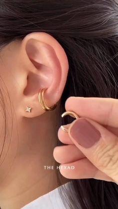Ohrknorpel Piercing, Triple Ear Piercing, Tragus Piercing Earrings, Ear Piercings Cartilage, Ear Jewelry, Cute Jewelry, Jewellery, Pretty Ear Piercings, Multiple Ear Piercings
