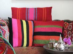 Marokko er hipt som aldrig før, og jeg får aldrig nok af de vidunderlige farver. Puderne her er inspireret af traditionelle vævede marokkanske puder, som jeg har købt på mine mange ture til landet. Du får opskrift på 3 forskellige i hhv. 40 x 40 cm og 30 x 60 cm – men du kan opfinde din helt egen af…