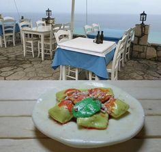 Ravioli al pomodoro con basilico .