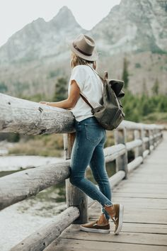 Emma Travel Diary- Travel Nomad ( Best Tips Only for Travelers): Make your Solo travel splendid. Mountain Fashion, Foto Casual, Girl Photography, Adventure Photography, Photo Poses, Girl Photos, Dress To Impress, Casual Outfits, Outdoor Weddings