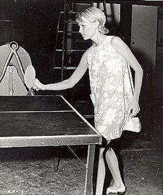 John Cassavetes, Roman Polanski & Mia Farrow playing Ping-Pong on the set of Rosemary's baby. Friends And Company, Table Tennis Game, John Cassavetes, Rosemary's Baby, Mia Farrow, Star Wars, Roman Polanski, Celebs, Celebrities