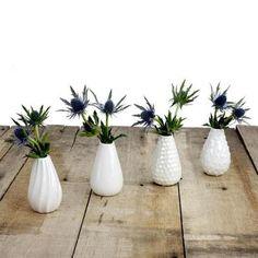 Ces vases délicats en céramique blanche nacrée sont idéaux pour un petit bouquet ou une seule fleur.