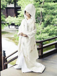 白無垢(Shiromuku)/結婚式での静寂でいて格調高い神殿挙式にふさわしい打掛。シボのある縮緬地に肩から裾にかけて配された豪華な刺繍の白無垢。重ね舞い飛ぶ鶴が華やかなおもむきを醸し出してくれます。豪華な雰囲気が日本の花嫁にふさわしい格調の高さを見せてくれる逸品です。