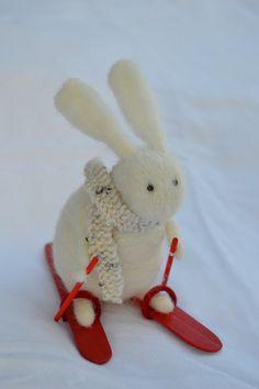 Un petit lapin qui fait du ski, cadeau, décoration, miniature, poupée, feutre aiguilleté