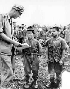 Marine First Lieutenant Hart H. Spiegal of Topeka Kansas tries to communicate using sign language with two tiny Japanese soldiers captured on Okinawa. The boy on the left claimed to be 18 while his companion boasts 20 years 17 June World History, World War Ii, History Online, Ww2 History, History Photos, Sun Tzu, Les Religions, Sign Language, Gi Joe