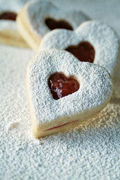 Coquetas galletas Linzer http://cocinayvino.net/receta/postres/6343-galletas-linzer-para-consentir-a-alguien-especial.html