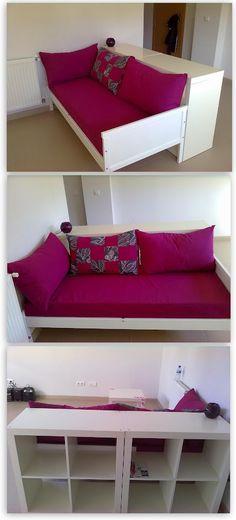 Un sofá hecho a partir de una cama infantil Sniglar y dos estanterías Expedit como respaldo. ¡Tomen asiento!