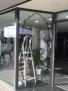 Vinilo decorativo forma de marco gigante. Peluquería Gu Hair Salon.