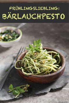 Frühling ohne Bärlauchpesto ist wie Sommer ohne Eis, oder? In diesem Rezept bereiten wir das Pesto ganz fein mit gerösteten Macadamias zu. Das müsst ihr probieren!
