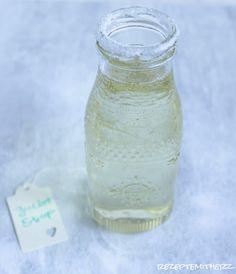 Zuckersirup kommt in Fruchteis, Sorbets, Cocktails, Obstsalaten, Saucen u.v.m. zum Einsatz. Der Sirup kann auf Vorrat gekocht werden und hält sich monatelang. Der Vorteil des eingekochten Zuckersir…