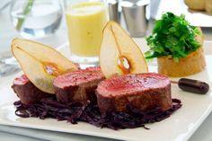 Filet de cerf, espuma de potiron, chutney de poire, chou rouge et réduction au romarin