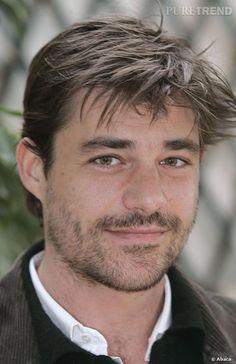 Thierry Neuvic sort du Cours Florent et commence sa carrière au théâtre.