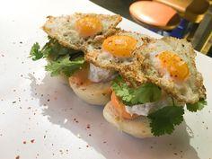 Sandwich club al vapor, ricota, huevo frito de codorniz. Sichimi-togarashi