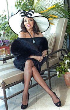 Yo de mayor quiero ser como Joan Collins Dame Joan Collins, Jackie Collins, Hello Magazine, Vintage Stockings, Nyc, Ageless Beauty, Golden Girls, London, Vintage Glamour