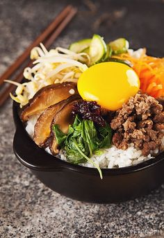 "Bibimbap: The Famous Korean ""Fried Rice"" that Isn't Fried - Lebensmittel Asian Recipes, Healthy Recipes, Ethnic Recipes, Indonesian Recipes, Orange Recipes, Healthy Food, South Korean Food, Famous Korean Food, Korean Dishes"
