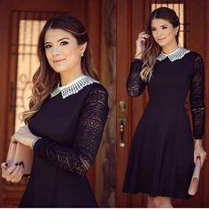 Vestido gode preto com renda nas mangas e na gola
