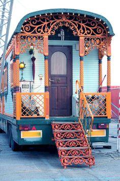 Caravan Gypsy Vardo Wagon: A roulotte. Gypsy Living, Tiny House Living, Living Room, Gypsy Trailer, Tyni House, Gypsy Home, Deco Boheme, Bohemian Gypsy, Bohemian Style