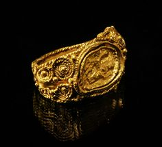ROMAN GOLD FINGER RING SET WITH A RELIEF OF A WEDDED COUPLE         2nd-3rd Century AD