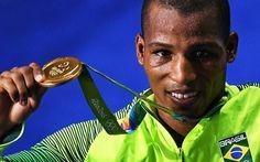 Robson Conceição exibe inédita medalha de ouro no boxe. Foto: Reprodução/Twitter
