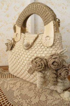 Louca por artes - Bolsas: BOLSAS E MAIS BOLSAS. really like the crochet addition on the handles. Crochet Handbags, Crochet Purses, Crochet Bags, Crochet Flowers, Crochet Diy, Hand Crochet, Bead Embroidery Jewelry, Couture Bags, Basket Bag