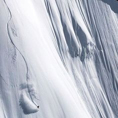 Drawing big mountain lines with @annieboulanger_ up @bellacoolahelisports Photo by @jussi_grznar