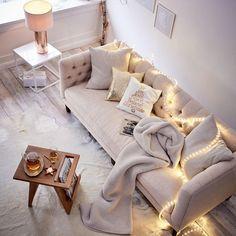 Herbstlich gemütliche Couch mit Lichterkette.