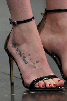 Dakota Johnson Tattoos, Style Dakota Johnson, Dakota Johnson Feet, Dakota Mayi Johnson, High Heel Tattoos, Foot Tattoos, Dakota Jhonson, Piercings, Barefoot Girls
