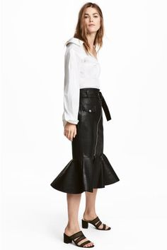 Calf-length skirt in faux leather. Mock front pocket, diagonal zip, and removable belt with metal buckle. Seam at hem with a wide flounce. H&m Fashion, Fashion Online, Winter Fashion, Fashion Outfits, Womens Fashion, Leather Midi Skirt, Black Leather Skirts, Latest Fashion For Women, Latest Fashion Trends