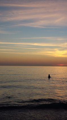 Sunset at Saint Petersburg, Florida beach.  #sunset #swim #saintpetersburg #myfloridalife #lilsusieq #beachfun #clearwater