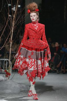 Previously on Thom Browne. Amazingly, this is Thom Browne's Ready-To-Wear collection. If you've heard of Thom Browne, chances are it's ei. Quirky Fashion, High Fashion, Fashion Show, Fashion Design, Ny Fashion, Fashion Women, Thom Browne, Image Mode, Foto Art