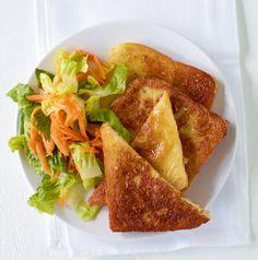 Gesunder French Tost: Einfach Goldbraun gebratener Toast in Paprika-Eiermilch mit knackfrischem Salat. Lieben alle Kinder!