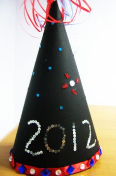 New Year Hat - Crafts for Kids thats super easy to make Toddler Art, Toddler Crafts, Crafts For Kids, New Years Activities, Holiday Activities, New Year's Eve Crafts, Holiday Crafts, Daycare Crafts, Preschool Crafts