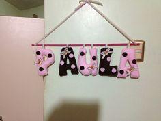 Nombre para una bebé por nacer. Elaborado en tela, decorado con cintas y ositos en masa flexible