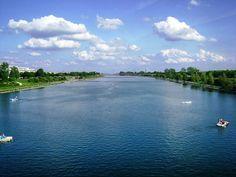 Quem aqui já ouviu dançou ou namorou ao som de Danúbio Azul? Para quem não sabe esse rio maravilhoso pode ser encontrado também em Viena. A dica para o verão é andar da caiaque no rio andar de patins na orla ou fazer uma viagem de barco até a Bratislava.  Para ver todos os países que visitamos da série VOLTA AO MUNDO COM PEGADAS clique na #voltaaomundocompegadas  #danubio #danubioazul #viena #austria #strauss #europe #europa #pegadasnaestrada #missãovt #aquelasuaviagem #aprendizdeviajante…