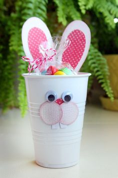 Basteln mit Kindern: Kreative Bastelideen aus Papp- und Plastikbechern zum Selbermachen Easter bunny made of plastic cups craft ideas for children Diy Gifts For Kids, Presents For Kids, Bunny Crafts, Easter Crafts For Kids, Easter Ideas, Easter Party, Easter Gift, Easter Table, Easter Decor