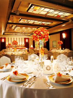 帝国ホテル(Imperial Hotel) モダンで優美な会場を明るく華やかなオレンジで飾って
