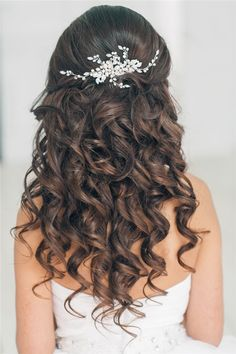 Featured Long Curly Wedding Hairstyles for Girls to Reach Perfection Featured Long Curly Wedding Hairstyles for Girls to Reach Perfection Prom Hair Down, Wedding Hair Down, Wedding Hair And Makeup, Bridal Hair, Wedding Hairstyles For Girls, Homecoming Hairstyles, Wedding Hairstyles For Curly Hair, Loose Hairstyles, Bride Hairstyles