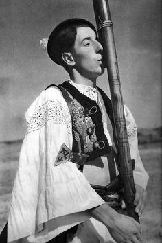 Očová, hra na fujare, Slovakia Folk Costume, Costume Dress, Costumes, Europe, Vintage Pictures, Beautiful Patterns, Traditional Dresses, Female, Portrait