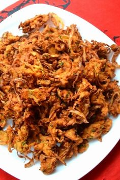 Bomaby Style Onion Pakoda is also called as Kanda bhaji, is a popular street food recipe in mumbai. Bhajia Recipe, Chaat Recipe, Indian Snacks, Indian Food Recipes, Ethnic Recipes, Spicy Recipes, Vegetarian Recipes, Pakora Recipes