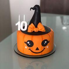 Gateau Theme Halloween, Cute Halloween Cakes, Haloween Cakes, Comida De Halloween Ideas, Halloween 1st Birthdays, Pasteles Halloween, Dulces Halloween, Halloween Birthday Cakes, Soirée Halloween