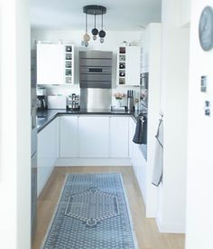 8 Cheap Things to Maximize a Small Bedroom (Read more. Scandi Chic, Kitchen Confidential, Nordic Interior, Nordic Design, Minimalist Home, Kitchen Lighting, Cleaning Hacks, Kitchen Design, Kitchen Cabinets