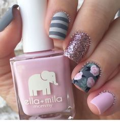 Check out all the best tips and tricks on how to apply sparkly nail polish right so you will have no problem achieving a gorgeous, even coat of glitter. Flower Nail Designs, Cute Nail Designs, Sparkly Nails, Pink Nails, Pink Glitter, Glitter Nails, Different Acrylic Nail Shapes, Gel Nagel Design, Floral Nail Art