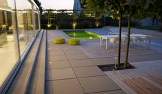 Terras zwembad uit betontegels en hout